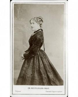 Jeune femme de profil