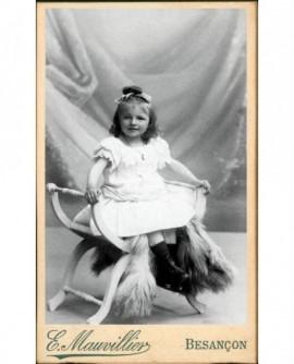Fillette en robe blanche sur un siège curule (Marie de Jouffroy)