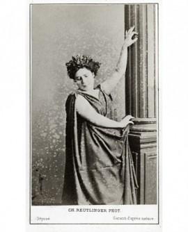 Femme (tragédienne) en toge, couronnée de lauriers