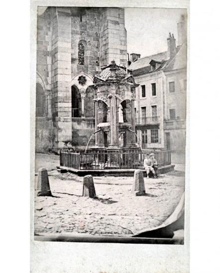 Fontaine publique, place de l'église, à Chalon-Sur-Saône