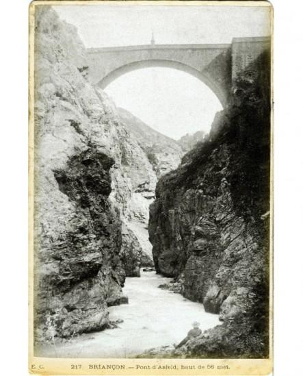 Le Pont d'Asfeld à Briançon (vu en contre-plongée du lit de la Durance)