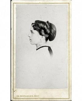 Portrait de jeune femme de profil