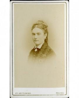 Portrait de jeune femme au noeud de velours dans les cheveux