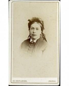 Portrait de femme au serre-tête