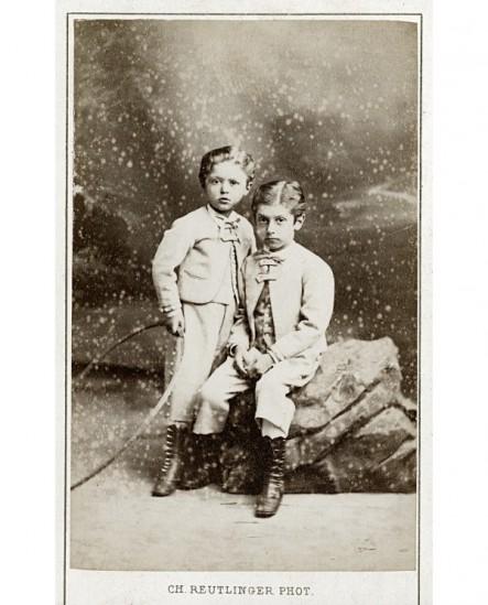 Deux garçons aux vêtements identiques, l'un avec cerceau