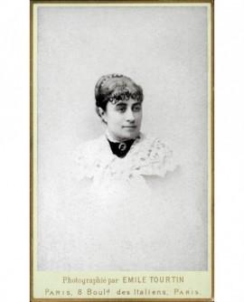 Portrait d'une femme au col brodé blanc