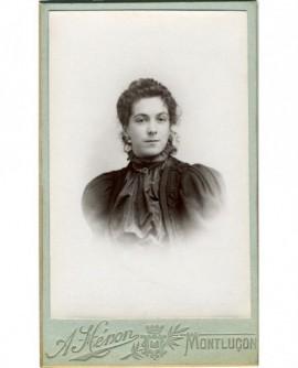 Portrait d'une jeune femme brune