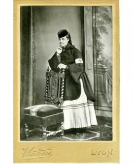 Femme en toque, brassard de la croix rouge (L. Richard-Vacheron)