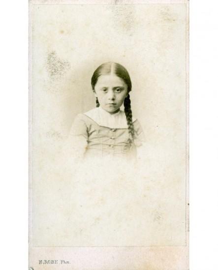 Portrait d'une petite fille aux nattes tressées