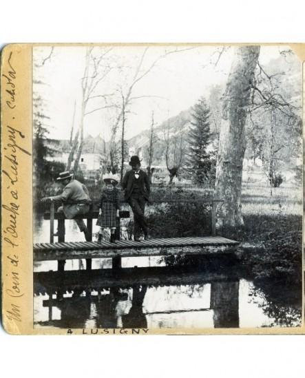 3 personnes (un père et ses deux enfants sur une passerelle en bois sur l'Ouche à Lusigny