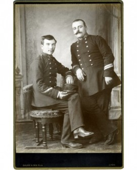 Deux militaires du 36è (un caporal asssis, un caporal-chef moustachu debout)
