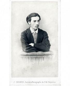 Portrait d'un jeune homme bras croisés