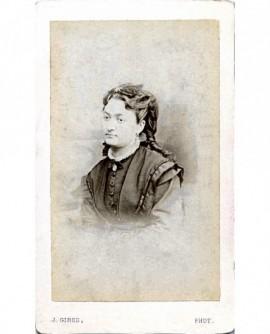 Portrait d'une jeune femme aux anglaises