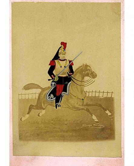 Militaire (cuirassier) à cheval au galop