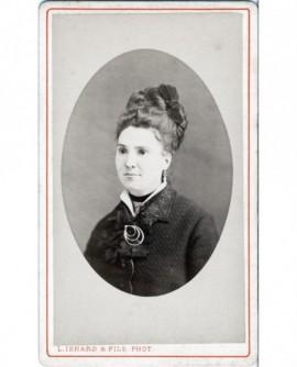 Portrait d'une jeune femme au chignon relevé