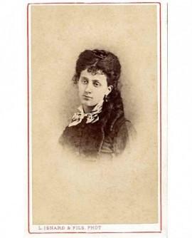 Portrait d'une jeune femme aux longues anglaises, tête inclinée