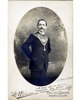 Homme avec sautoir maçonnique au cou (chevalier rose-croix, 18è)