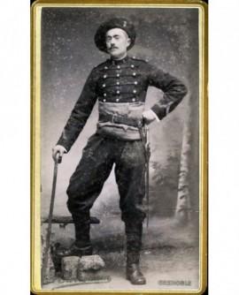 Militaire du 2è BCA en ceinture de flanelle, canne à la main