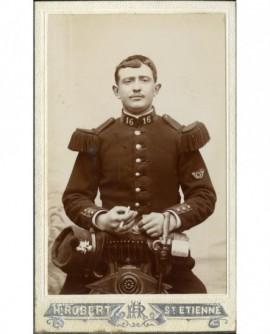 Militaire du 16è (chasseur), cigarette à la main, képi à la ceinture