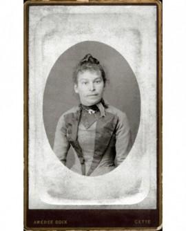 Portrait d'une femme en robe brodée