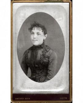 Portrait de jeune femme en robe à parements
