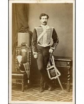 Militaire (hussard) moustachu avec shako à plumet, sabre et sabretache