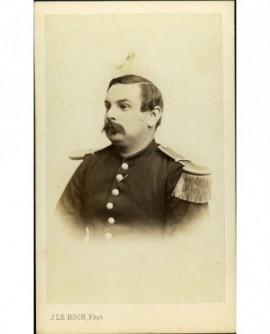 Militaire à mouche et moustache