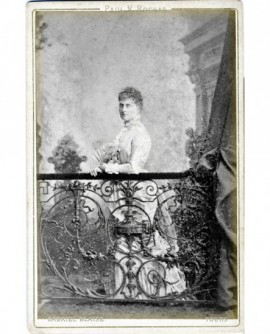 Femme en robe et rampe en fer forgé (Mme Arthur Hainguerlot)