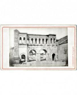 Vue extérieure de la Porte saint André, à Autun