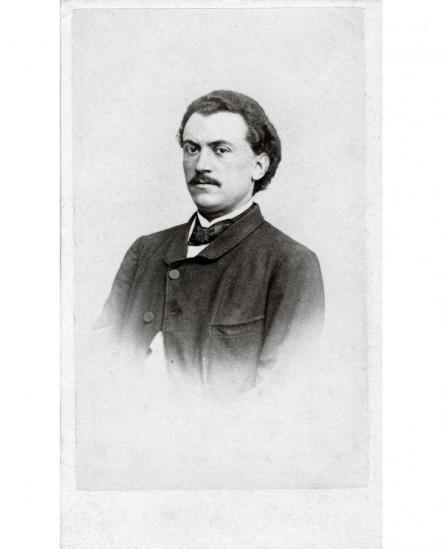 Portrait d'un homme moustachu aux cheveux ondulés (Gaston Tourangin)