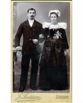 Couple de mariés: femme en costume breton, fleur d\'oranger
