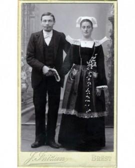 Couple de mariés: femme en costume breton