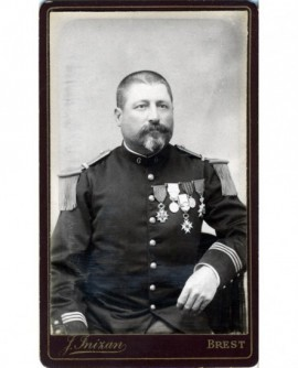 Militaire (capitaine du 6è) arborant toutes ses décorations