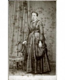 Femme en robe façonnée et manteau