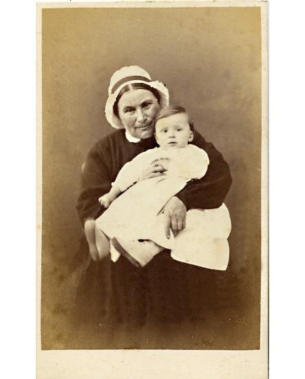 Nourrice en coiffe avec enfant dans les bras