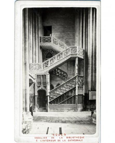 Vue escalier Renaissance de bibliothèque dans cathédrale de Rouen