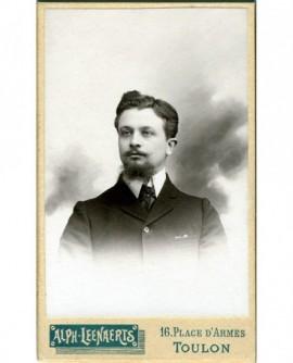Portrait d'un homme jeune à moustache et barbiche