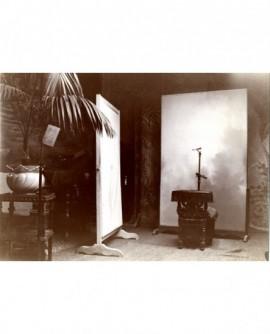 Atelier (studio) Photographe Alphonse Leenarts. Décor et repose-tête