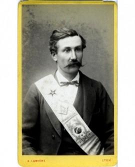 Homme avec sautoir du Grand Orient de France (franc-maçonnerie)