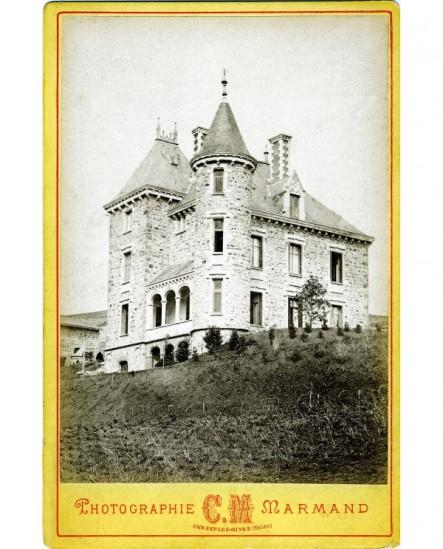 Vue extérieure du château de Courbeville à Chessy-les-Mines (Rhône)