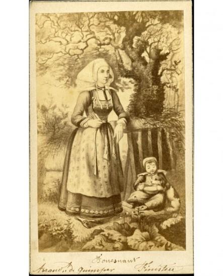 Gravure de femme en costume traditionnel et enfant assis avec un chien