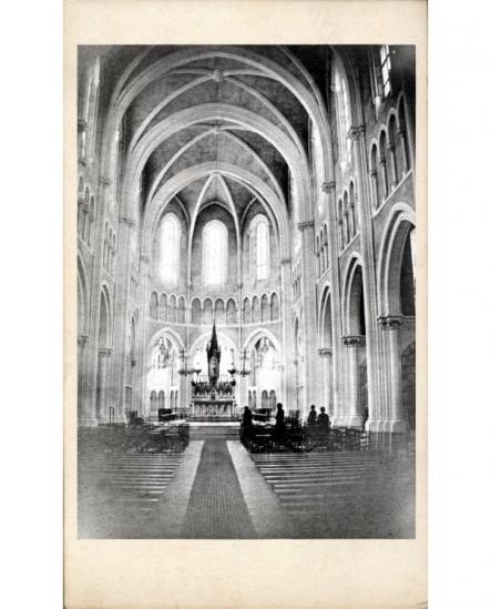 Intérieur d'une église gothique et son maître-autel