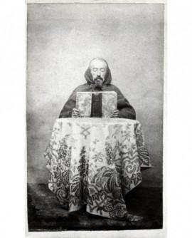 Moine barbu (capucin?) assis lisant un livre