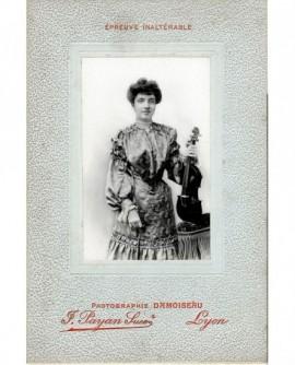 Femme en robe tenant un violon