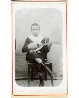 Jeune garçon en col marin jouant de la mandoline
