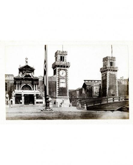 Vue extérieure de la porte de Terre (à gauche) et de la porte d'Eau (à droite) de l'arsenal à Venise