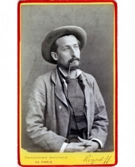 Homme barbu en chapeau assis, pipe au bec