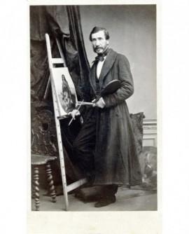 Homme barbu debout en train de peindre une toile (peintre)