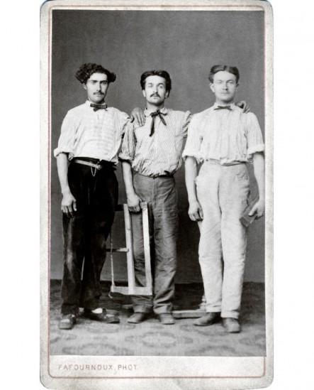 3 hommes posant debouts, compagnons menuisiers, avec scie et rabot