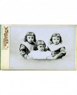 Trois fillette posant, deux en tenue de marin